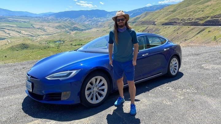 Un CEO a primit cadou o Tesla de la angajatii sai!